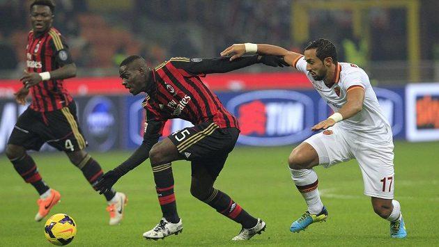Útočník AC Milán Mario Balotelli (uprostřed) a obránce AS Řím Mehdi Benatia v pondělní dohrávce 16. kola Serie A.