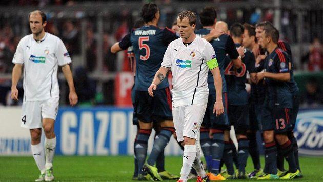 Fotbalisté Bayernu slaví třetí gól v plzeňské síti. Vpředu zklamaný plzeňský obránce David Limberský, vlevo stoper Roman Hubník.