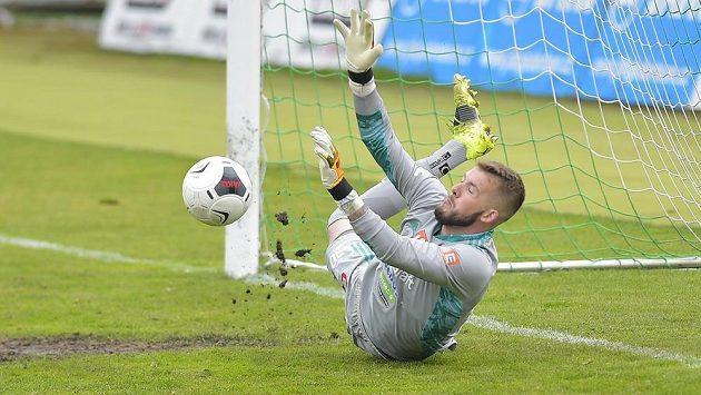 Brankář Českých Budějovic Vojtěch Vorel vyráží penaltu Tomáše Pilíka. Kopat se ale vůbec neměla.