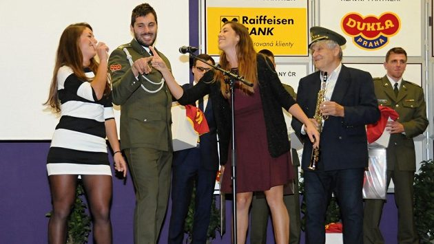 Sourozenci Anna (zleva), Josef a Magdalena Dostálovi spolu s jejich dědečkem Jiřím Emingerem při skeči během vyhlášení nejlepších armádních sportovců roku.