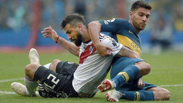 Lisandro Magallan (vpravo) z Boca Juniors a Lucas Pratto z River Plate. Ilustrační snímek.