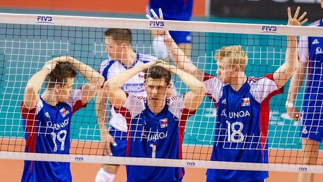 Čeští volejbaloví reprezentanti (zleva) Petr Michálek, Jakub Veselý a Michal Kriško v utkání Světové ligy s Portugalci.