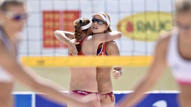 Plážové volejbalistky Kristýna Kolocová (vlevo) a Markéta Sluková na turnaji Prague Open.