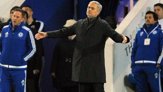 Kouč Chelsea José Mourinho během utkání v Leicesteru.