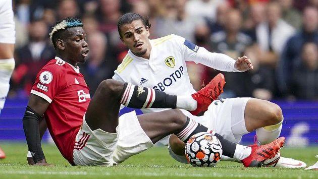Pascal Struijk z Leedsu United a hvězda Manchesteru United Paul Pogba v akci během utkání Premier League.