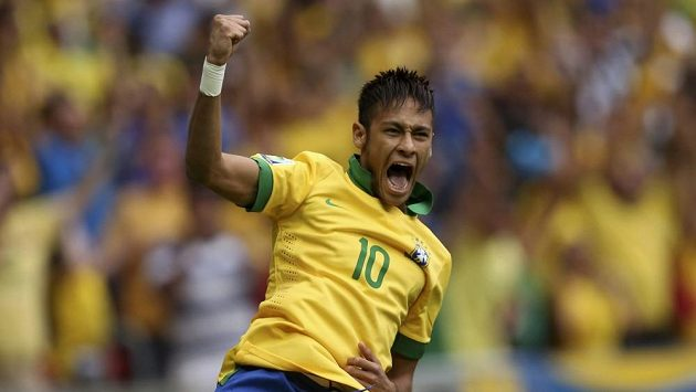 Brazilec Neymar se raduje z gólu proti Japonsku.