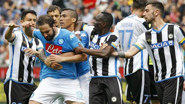 Emoce provázely duel mezi Neapolí a Udine. Takto reagoval Gonzalo Higuaín (druhý zleva) poté, co viděl červenou kartu.