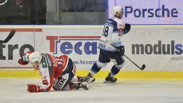 Plzeňský Dominik Kubalík se raduje z gólu proti Pardubicím.