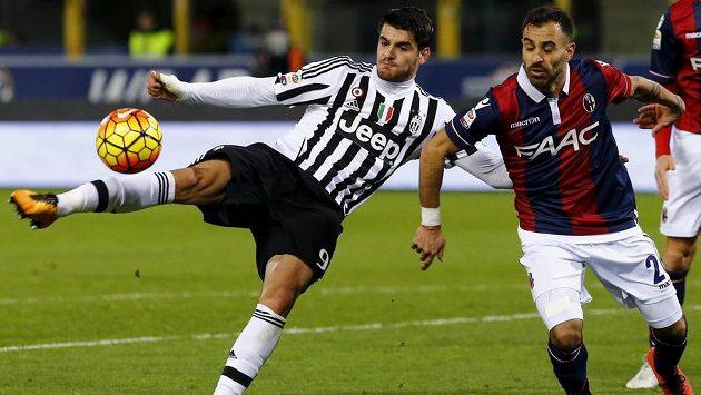 Álvaro Morata z Juventusu (vlevo) a Franco Brienza z Boloni.