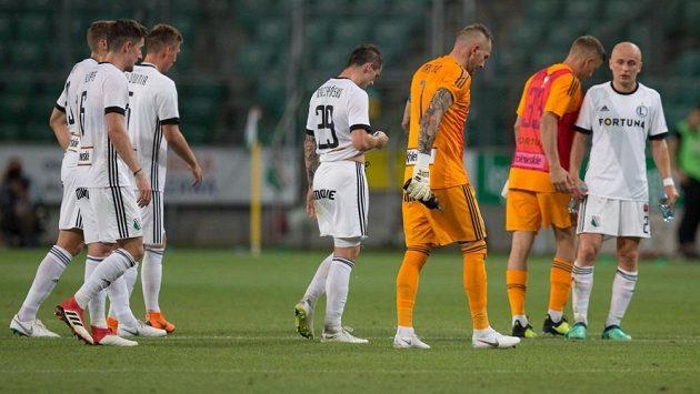 Zklamaní fotbalisté Legie odchází do šaten po porážce 1:2 s Dudelange