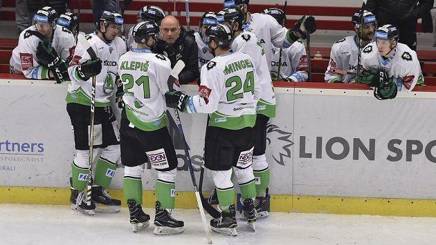 Trenér Mladé Boleslavi Vladimír Kýhos (uprostřed) dává pokyny hráčům.