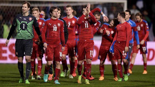 Fotbalisté české reprezentace (zleva): Petr Čech, Tomáš Rosický a Daniel Pudil po kvalifikačním utkání proti Islandu.