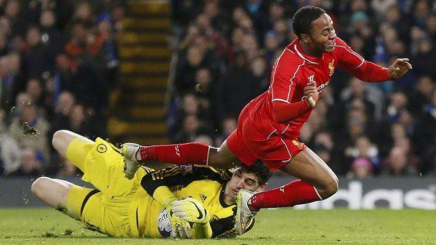 Brankář Chelsea Thibaut Courtois zasahuje proti Raheemu Sterlingovi z Liverpoolu.