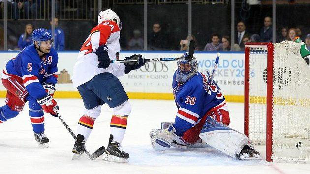 Útočník Floridy Jiří Hudler (č. 24) překonává brankáře New Yorku Rangers Henrika Lundqvista.