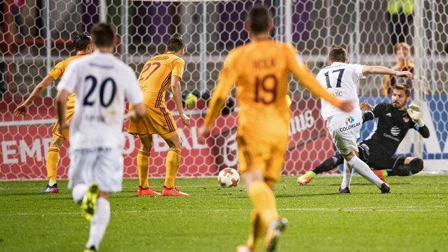 Tomáš Zajíc se Slovácka střílí gól v utkání 11. kola HET ligy proti Dukle.