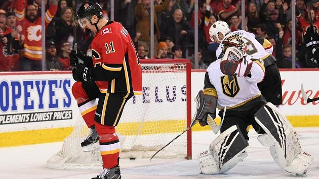 Gólman Vegas Malcolm Subban inkasuje čtvrtý gól z hole útočníka Calgary Mikaela Backlunda.