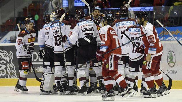Hráči Sparty se radují z vítězství v Olomouci.