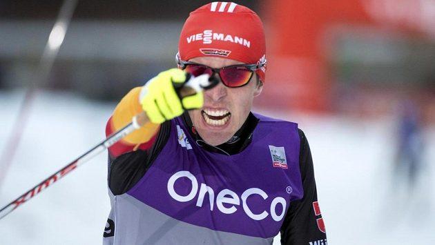 Němec Johannes Rydzek slaví vítězství v závodu Světového poháru v severské kombinaci v Oslu.