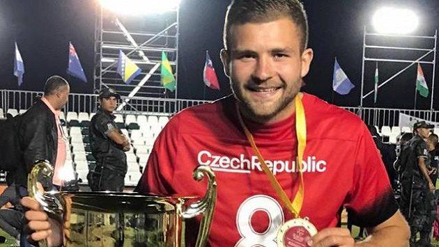 Patrik Levčík s trofejí pro mistry světa.