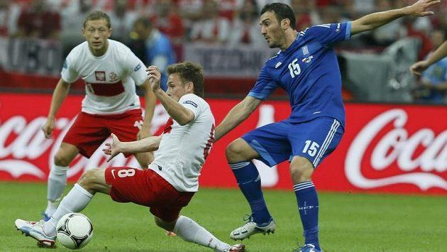 Polák Maciej Rybus v souboji s Řekem Vassilise Torossidisem (vpravo) v úvodním utkání EURO 2012 - ilustrační foto.