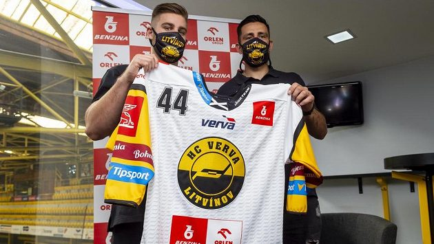Litvínovští hokejisté Aaron Irving (vlevo) a Richard Jarůšek ukazují nový dres, ve kterém v neděli odehrají první zápas nové sezony.
