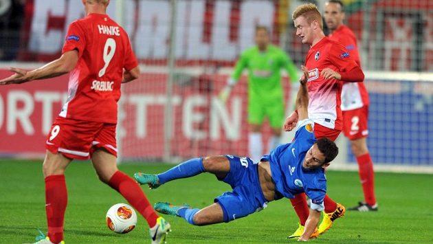 Sergej Rybalka bojuje o míč s fotbalisty Freiburgu.
