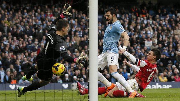 Álvaro Negredo (uprostřed) střílí gól Manchesteru City. Obránce Arsenalu Laurent Koscielny (vpravo) ani brankář Kanonýrů Wojciech Szczesny již zasáhnout nestačili.
