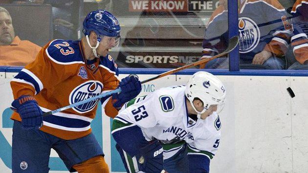 Matt Hendricks z Edmontonu (vlevo) oblékne na MS znovu dres Spojených států.