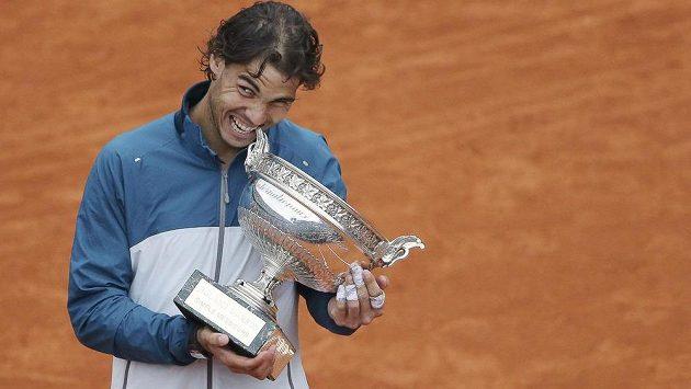 Rafael Nadal s trofejí pro vítěze French Open.