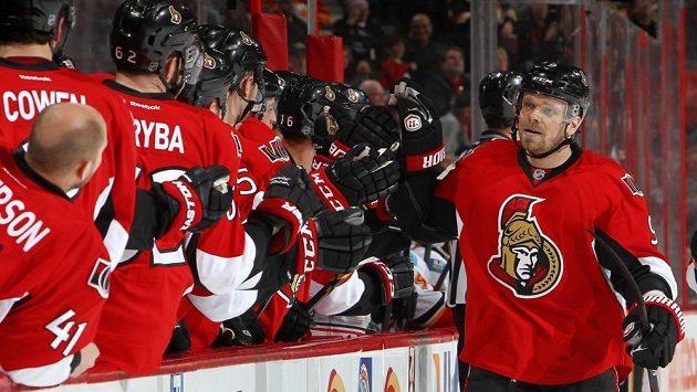 Milan Michálek slaví se svými spoluhráči z Ottawy vstřelený gól.