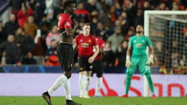 Fotbalisté Manchesteru United po smolném vlastním gólu. Vepředu Paul Pogba, za ním Phil Jones a brankář Sergio Romero.