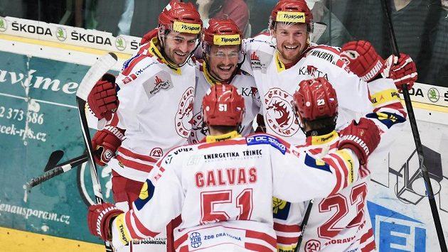 Autor druhého gólu Vladimír Dravecký (uprostřed) se raduje se spoluhráči z Třince Martinem Adamským (vpravo) a Tomášem Linhartem (vlevo). V popředí zády zleva Lukáš Galvas a Jiří Polanský.