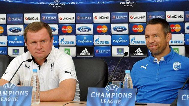 Trenér Pavel Vrba (vlevo) a kapitán Pavel Horváth na tiskové konferenci Plzně v Petrohradu před zápasem Ligy mistrů s CSKA Moskva.