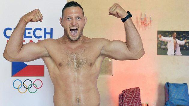 Judista Lukáš Krpálek zapózoval při vyzvedávání kolekce oblečení a dalšího vybavení pro Evropské hry v Minsku.