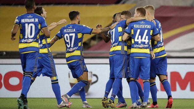 Juraj Kucka z Parmy se raduje se spoluhráči z gólu proti AS Řím. Ilustrační foto.