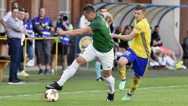 Tomáš Holeš z Jablonce se snaží v semifinále MOL Cupu uniknout zlínskému Lukáši Bartošákovi.