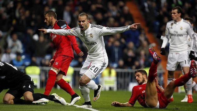 Jesé Rodríguez z Realu Madrid (č. 20) se raduje z gólu proti Seville.