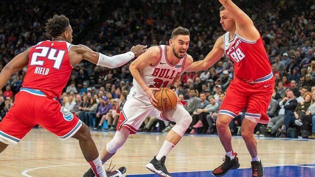 Tomáš Satoranský z Chicaga se snaží obejít bránící dvojici basketbalistů Sacramenta.