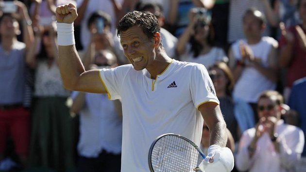 Tomáš Berdych slaví, na Wimbledonu bude pokračovat i druhý týden.