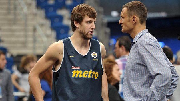 Hráč Fenerbahce Jan Veselý (vlevo) v rozhovoru s bývalým basketbalistou Jiřím Zídkem.
