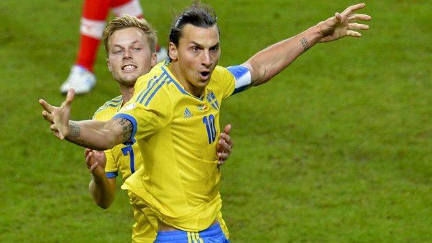 Švédové Zlatan Ibrahimovic (10) a Sebastian Larsson se radují z gólu. O postup na MS do Brazílie se ve šlágru listopadové baráže utkají s Portugalskem.