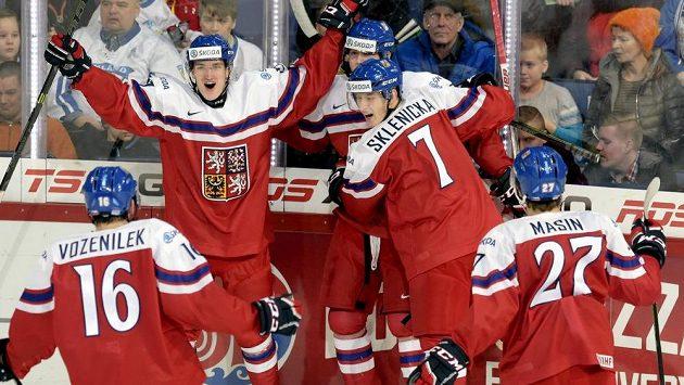 Čeští hokejisté se radují z gólu na MS do 20 let..
