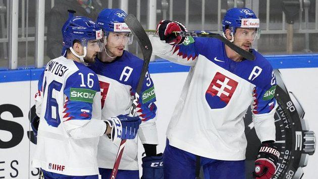 Slovák Peter Cehlárik (34) se raduje z gólu proti USA s Robertem Lantošim a Markem Hrivíkem.