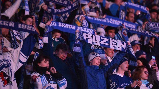 Fanoušci Plzně během utkání s Vítkovicemi.