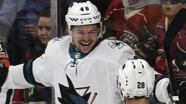 Vysmátý útočník San Jose Sharks Tomáš Hertl poté, co vstřelil gól v utkání NHL.