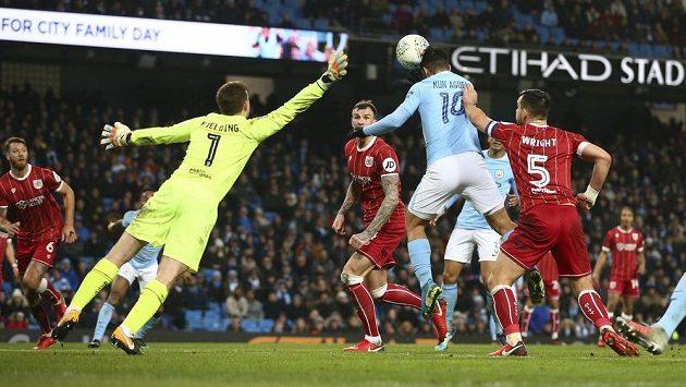 Hlavička Sergia Agüera vystřelila Manchesteru City vítězství nad Bristolem v prvním semifinálovém zápase anglického Ligového poháru.