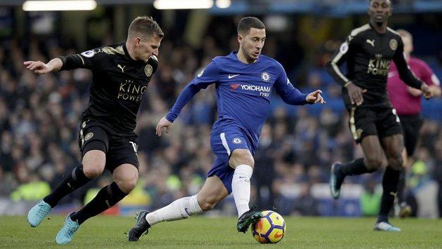 Eden Hazard z Chelsea se s míčem na noze snaží uniknout Marcu Albrightonovi z Leicesteru.