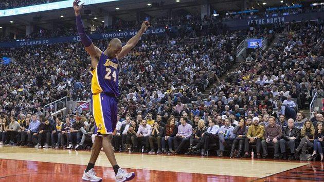 Basketbalista Los Angeles Lakers Kobe Bryant během utkání s Torontem.