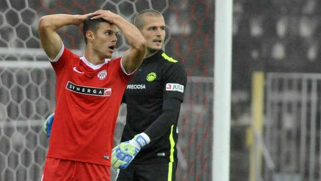 Brněnský Lukáš Vraštil se chytá za hlavu po promarněné šanci v úvodu utkání.