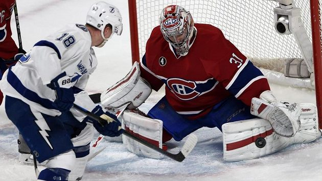 Útočník Tampy Bay Ondřej Palát (vlevo) se snaží překonat brankáře Montrealu Careyho Price.